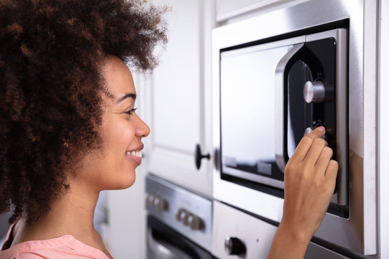 ¿Cuánto consume un microondas?